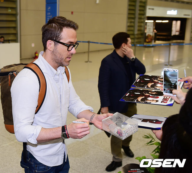 Early in the day, starring actor Ryan Reynolds of movie Deadpool 2 visited Korea for the first time through Incheon International Airport.After Ryan Reynolds who passed the arrival lobby greeted the fans and sent a kiss to the mouth, they signed us./