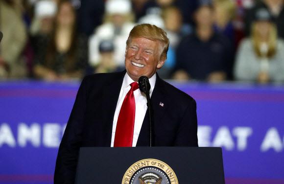 미시간주 유세집회에서 웃음 짓는 트럼프 - 28일(현지시간) 미국 미시간주 워싱턴 타운십에서 열린 유세집회에서 도널드 트럼프 미국 대통령이 지지자들이 환호가 터져 나오자 몸을 비스듬히 한 채 웃음을 짓고 있다. AP=연합뉴스