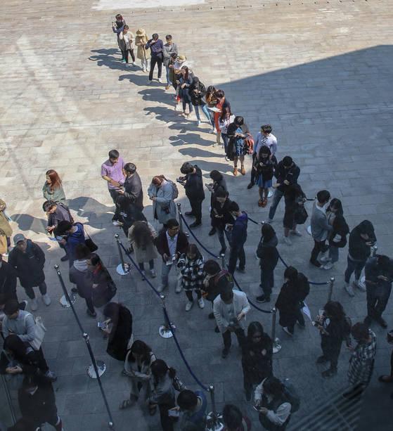 4일 오전 서울 종로구 청와대 사랑채 앞에서 문재인 대통령 취임 1주년 기념품을 사기 위해 시민들이 줄지어 서 있다. [연합뉴스]