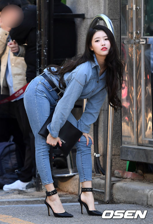 On the morning of April 4, rehearsal of Music Bank was held at KBS Shimakai Public Hall in Yeouido-dong Ward, Seoul.Girl group Lovelyz Lee Mi-joo poses