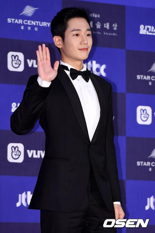 Actor Jung Hae-In At this time, he was enveloped in dispute.Academy Awards for the reason that they stood at Center in group photographs.It is embarrassing as Jung Hae-In, and there is no choice but to do irrationality.Several reactions to be discussed are most reactions.Jung Hae-In got the honor of winning the popular award at the 54th Baeksang Arts Awards held on the 3rd afternoon.Recently integrated channel JTBC Gumdorama Often bought for rice is a beautiful older sister gained popularity and it was called the busts and it was the result of the hit.The problem occurred in a group photo after the Academy Awards.It is not Jo Seung-woo who won the award, Kim Nam Joo, Kim Yoon Seok etc. Jung Hae-In Because it stood in the center of this group picture.After publishing the photographs on the organizer side, the disapproval voice directed towards Jung Hae-In was puffed up in a controversy.However, it is the voice of the people concerned that it is not a problem to be problematic.Jung Hae-In was not directly concerned about the center girder, but the stakeholders of the Academy Awards were to arrange the winners considering the overall picture.Daringly Jung Hae-In stood in the center and not to blame him.Of course, there may be cases where the position of the photograph of the organization is selected mainly by the winning prize, the grand prize winner, but there was no fixed formula.After all, the popular photo was the arrangement of coordinated winners at the work site, taking into consideration the overall feeling of the sensation, at that time.It is necessary to celebrate the popular award as Jung Hae-In enough that it is puzzled by unprecedented discussion.Industry officials who were at the site of the Baeksang Arts Awards explained that accusations of overtaking seniors is not to be talked about, polite actors and the atmosphere at that time.Jung Hae-In, who went up to the stage with the senior citizens of those days, is an explanation that may be nervous, rather that he might not have known about himself.I do not know the circumstances before and after, it is a shame that accusations to spit unconditionally.Jung Hae-In won the popularity award this day, Thank you.Very tremble.I will make every effort to seriously do every minute.And I want to be a person who can appreciate small happiness.Finally, I want to walk silently, silently on the way I gave thanks.