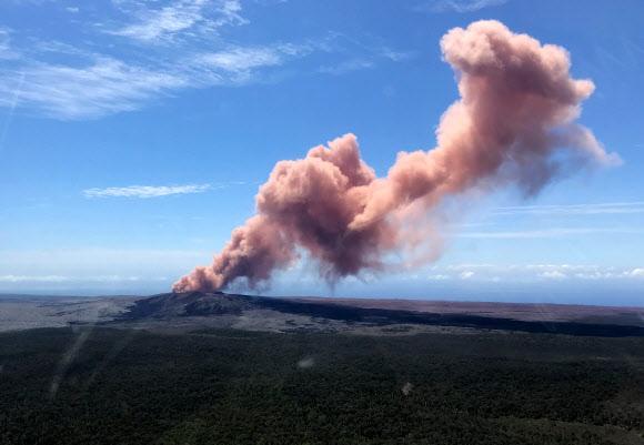 미국 하와이 주(州) 하와이 섬(일명 빅아일랜드)에 있는 킬라우에아 화산에서 규모 5.0의 지진 이후 용암이 분출해 인근 주민 1만여 명에게 대피령이 내려졌다고 현지언론 하와이뉴스나우가 3일(현지시간) 전했다.AFP 연합뉴스