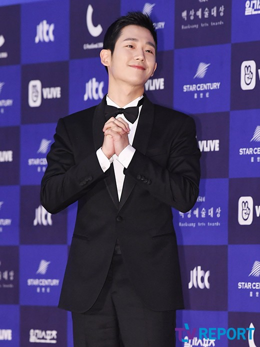 Actor Jung Hae-In At this time, it went up above the non-chopping board.A figure that is ruined by toughness with one piece of photograph.Will it be a problem like this?The last three days 54th Baeksang Arts Awards (2018 Baeksang Arts Awards) was held.Many stars and famous production teams participated in the event and the film 1987 and tvN secret forest won the grand prize and closed the curtain.1987 and secret forest gathered big topics until last year following last year, so the breakdown of the 2018 Baeksang Arts Awards awards had no objection.I naturally had to accept it as a work.However, 2018 Baeksang Arts Awards arrested the ankle unexpectedly.A moment of winner collective photography soon.The discussion expanded because of the popularity of Jung Hae-In who received popularity award.Lastly, 2018 Baeksang Arts Awards also took photographs of the winners group so that all the award ceremonies are so.As the group photo shoots, the actors took a digit one after another.Especially Jung Hae-In talked with actor Cho Seung-woo, who stood next door, with a bright expression.The winners stood naturally and took pictures, and no one raised an objection.The officials who were on the site also shook their heads leaving the discussion of Jung Hae-In this time.An official announced, Jung Hae-In did not want a greed, but just followed the instructions of the site, another official also announced no problem.Combining the words of these stakeholders, it was reported that the photographers of the 2018 Baeksang Arts Awards award winner group were taken one step behind the actors.In the situation where the scene was going down and forth youngest child Jung Hae-In first went up to the stage and waited for seniors, and a photo ranking was formed naturally at the center.As a result, Jung Hae-In would not have known about becoming the center of group photographs.It is unfortunate that it is a situation that puts this and points to toughness in part.
