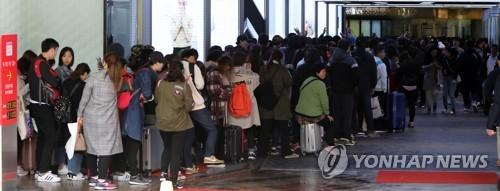 유커 복귀 기다리는 면세점 (서울=연합뉴스) 한상균 기자 = 24일 오전 서울의 한 면세점 앞에서 외국인들이 개점을 기다리고 있다.       한국관광공사에 따르면 지난달 방한 중국 관광객은 작년 같은 기간보다 11.8% 늘어난 40만3천 명을 기록했다. 작년 3월 중국의 한국여행상품 판매 금지 조치 후 감소세에서 처음으로 벗어났다.      면세점 업계는 줄어든 단체관광객 대신 중국인 보따리상에 매출을 늘렸으나 출혈 경쟁 등으로 수익성은 크게 떨어진 것으로 나타났다. 2018.4.24      xyz@yna.co.kr