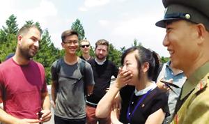 한 미국인 여행객이 비무장지대에서 만난 북한 군인과 이야기하는 모습. /유튜브채널 'Debono-san'