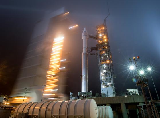 지난 4일 미국 캘리포니아주 반데버그 공군기지에서 인사이트를 실은 로켓 아틀라스5호가 발사준비를 하고 있다.인사이트(InSight)는 Interior Exploration using Seismic Investigations, Geodesy and Heat Transport를 줄인 말이다.[UPI=연합뉴스]