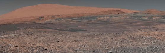 화성 탐사로봇 큐리오서티(Curiosity)가 지난 1월 촬영한 사진을 합성해 지난 5월3일 만든 화성 표면사진. 큐리오서티는 화성표면을 돌아다니며 분석한 결과물을 지구로 전송하고 있다.[사진 나사]