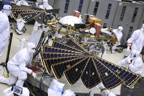지난 1월 미국 콜로라도 덴버의 한 연구시설에서 과학자들이 인사이트 태양전지판을 점검하고 있다.[AP=연합뉴스]