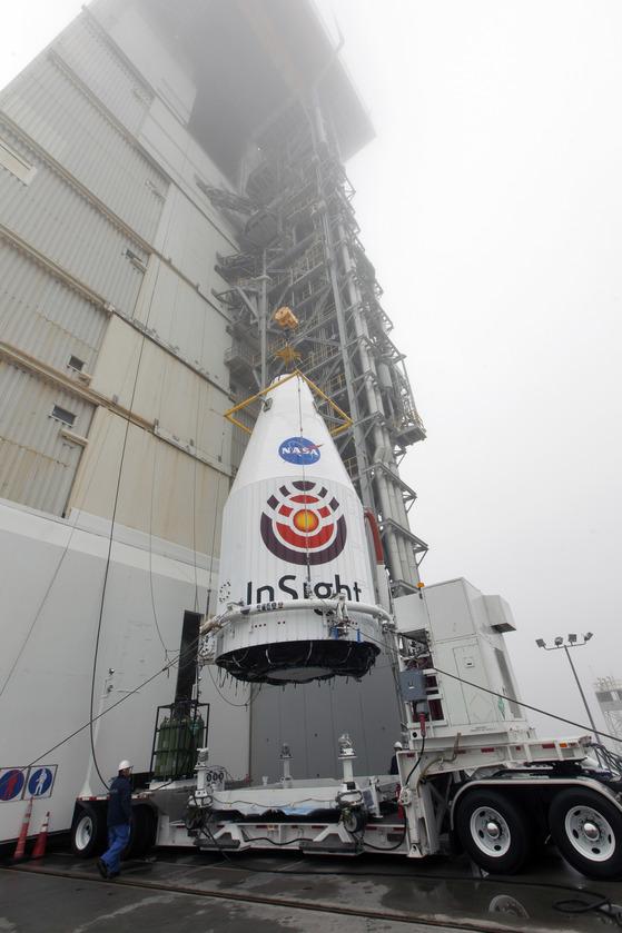 지난달 4월23일 미국 반데버그 공군기지에서 무인탐사선 인사이트가 로켓 아틀라스5호 상단으로 탑재되고 있다.이곳에서 우주탐사선이 발사된 건 처음이다.[사진 나사]