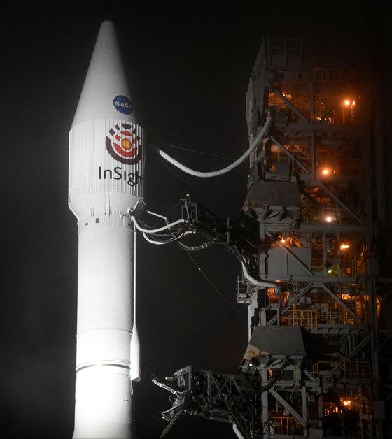 아틀라스5호 로켓에 실린 인사이트가 지난 5일 발사준비를 기다리고 있다. 무인탐사선 인사이트는 화성의 평원 엘리시움에 도착해 인류 최초로 지질탐사를 시작한다.[로이터=연합뉴스]