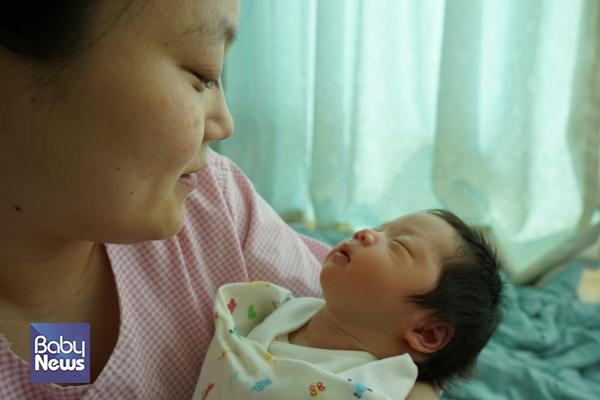모자동실이 가능한 시간에 아기를 사랑스럽게 안고있다. ⓒ황수웅