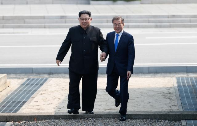 문재인 대통령과 김정은 북한 국무위원장이 지난달 27일 판문점 군사분계선에서 만나 북쪽으로 '깜짝 월경'한 뒤 다시 남쪽으로 넘어오고 있다. 한국공동사진기자단