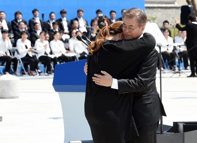 문재인 대통령이 2017년 5월 18일  광주 망월동 국립묘지에서 열린 제37주년 5.18민주화운동 기념식에서 유가족 김소형씨를 안아주고 있다.청와대사진기자단