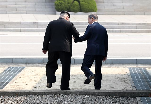 문재인 대통령과 김정은 북한 국무위원장이 4월 27일 오전  판문점에서 만나 손을 잡고 군사분계선(MDL)을 넘어 북측으로 향하고 있다. 고영권기자