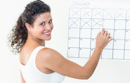달력에 체크표시를 하는 여성