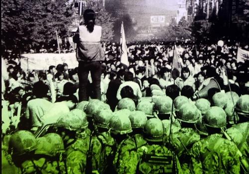대치하는 시민과 계엄군 사이에서 가두방송하는 전옥주씨 [5·18민주화운동 기록관]