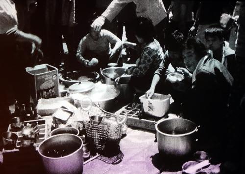 고립된 도시 광주에서 음식 나누는 시민 [5·18민주화운동기록관]