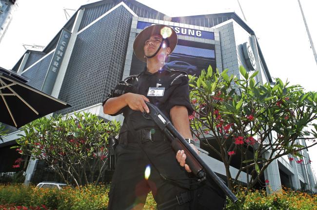 북미정상회담 후보지로 거론되는 싱가포르 선텍 시티 컨벤션센터를 현지 경찰이 11일 경비하고 있다. [사진제공=연합뉴스]