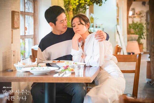 <p>Beautiful older sister who often bought rice Son Ye-jin and Jung Hae Ins love, and all the members of the family to the company Sweet potato.</p><p>Recently JTBC Gumdodrama A beautiful older sister who bought rice well (screenwriter Kim, directed Anne Pansok) s reaction to the audience is painful.</p><p>The love of Jinna (Son Ye-jin min) and Juni (Jung Hae In) in the play advances as late as not progressing greatly and Jinnas mother (Gil Hyeon minutes) continues to reverse the relationship between the two It is repeated, and in the company of Jina, painful circumstances continue, such as not standing by the side of Jina who received Sexual harassment in 10 years.</p><p>The netizens are about to show the reaction I seem to have eaten 100 Sweet potatoes Looking at a beautiful older sister who often bought Bob Sweet potato is that this drama is too realistic a story It seems to be reason to expand.</p><p>Most romance dramas will realize fantasy and romance of viewers, but a beautiful older sister who often bought for rice depicts the real romance and Sexual harassment problem. To this, Netizens et al. Expressed Jinna and Junis melody as real romance, as if it seems like he is stealing a real romance of someone as realistic as to show a reaction. Jinas workplaces are also so. So this drama was not particularly decorated.</p><p>Before Jinna tells Dad a relationship with Juni There was a reaction that scenes where kneeling crying spouts could not be understood. Meanwhile, director Ann Pang-seok said, Kim said that the writers friend tried several simulations before confiding a love affair to their parents, but kneeling kneeling and crying happened, empathy for unusual episodes It was a scene made based on a true story.</p><p>Along with that, Director Ann Pansoc covered Jinas inexperienced character, but said, In the mid thirties it seems to be in the mid 20s compared to the past. Hence Jean and Junis love has never been painful. It seems that the reason was that sympat