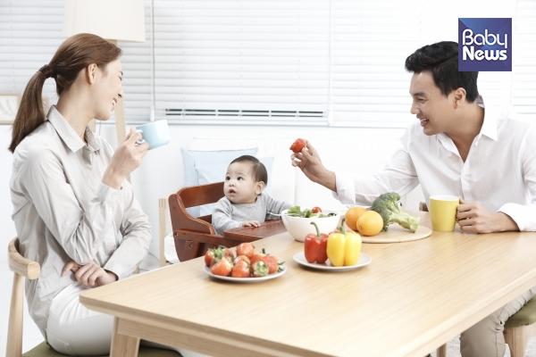 식탁에서 아빠와 엄마가 음식을 맛있게 먹고 행복한 모습을 자주 보여주면 아이도 자연스레 음식에 호기심을 가지고 식사시간도 신기한 놀이활동으로 이어질 수 있습니다. ⓒ베이비뉴스