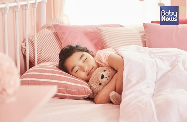 잘 자는 것처럼 보이던 아이가 갑자기 깨서 울부짖고, 부모가 흔들며 소리를 질러도 정신을 못 차리면 야경증을 의심할 수 있습니다. ⓒ베이비뉴스