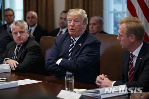 【워싱턴=AP/뉴시스】도널드 트럼프 미국 대통령이 9일(현지시간) 워싱턴 백악관에서 각료회의를 주재하고 있다. 2018.05.10.