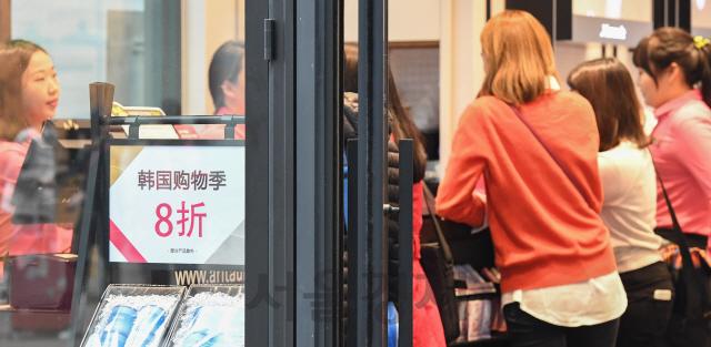 서울 명동의 한 상점가에 중국 관광객을 유치하기 위한 중국어가 적혀 있다. /서울경제DB
