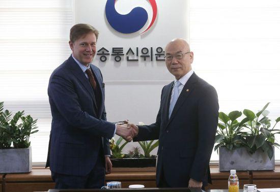 지난 1월 이효성 방송통신위원장(오른쪽)과 케빈 마틴 페이스북 부사장이 정부과천청사에서 만났다.