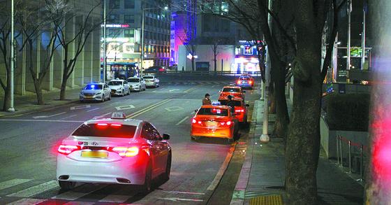 도로에 택시들이 일렬로 정차해 있는 모습. [중앙포토]