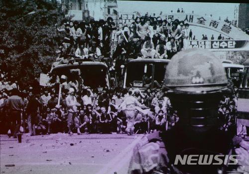 【광주=뉴시스】류형근 기자 = 1980년 5·18민주화운동 당시 계엄군의 잔혹함과 시민들의 분노, 항쟁이 끝난 뒤 광주 모습이 담긴 영상이 38년만인 9일 오후 광주 동구 국립아시아문화전당 극장3에서 처음 공개됐다. 시민들과 계엄군들이 대치를 하고 있다. 2018.05.09. (사진=5·18민주화운동기록관 공개 영상 촬영)  photo@newsis.com