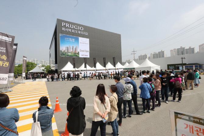 경기도 수원시 장안구 정자동에 마련된 '화서역 파크 푸르지오' 모델하우스 앞에 예비청약자들이 줄을 서서 입장을 기다리고 있다. [사진=대우건설]