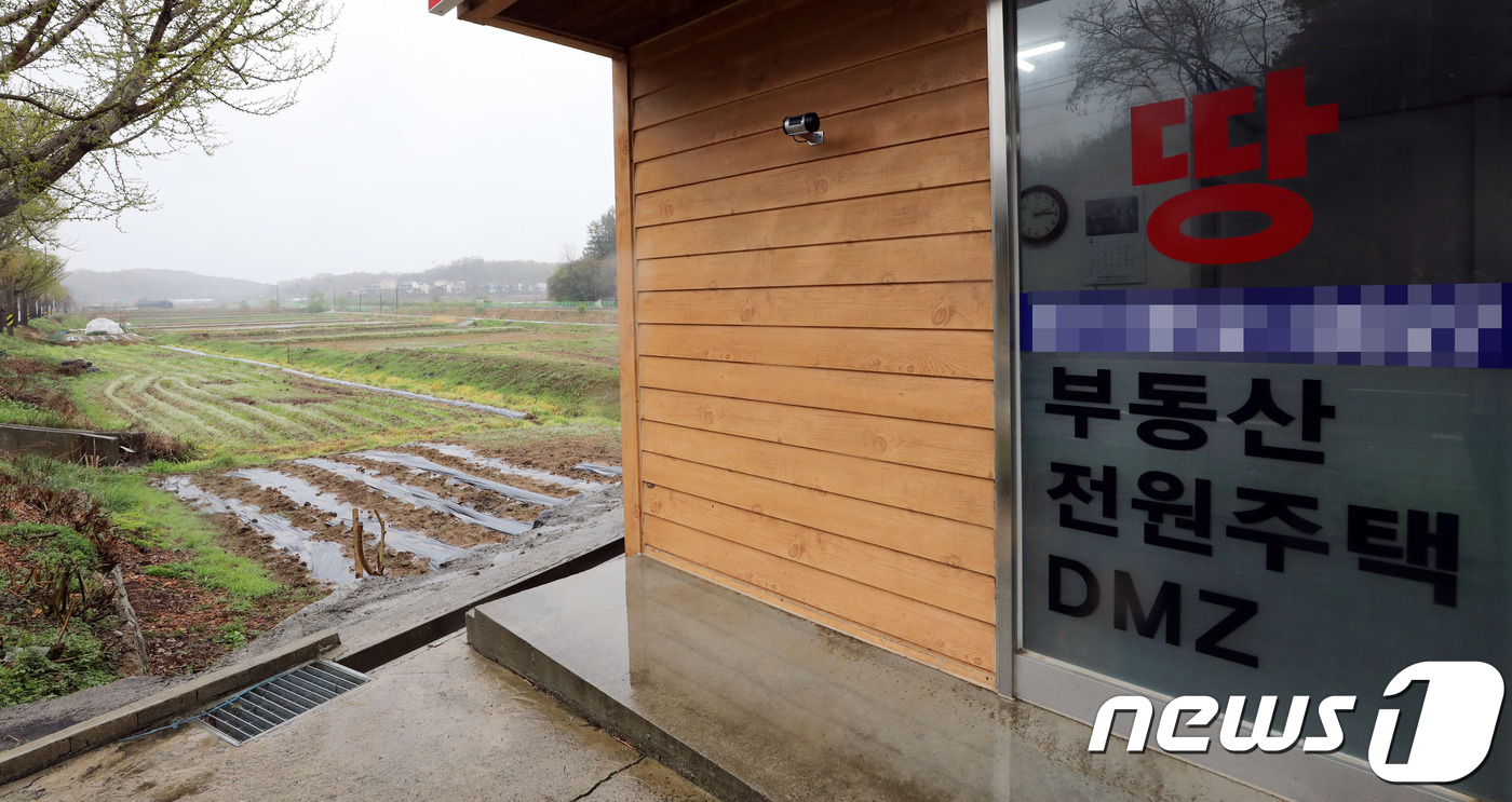 경기도 파주시 문산읍 운천리에 위차한 비무장지대(DMZ) 토지를 전문 거래하는 공인중개사 너머로 밭이 보인다.© News1 이재명 기자