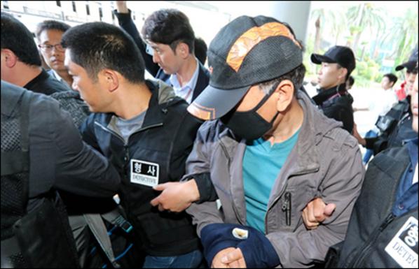 제주 보육교사 살인 사건 유력 용의자 박모씨가 지난 16일 오후 제주국제공항 1층에서 경찰에 압송돼 대합실을 빠져나오고 있다. 박씨는 이날 오전 8시20분쯤 경북 영주시에서 체포됐다. /뉴시스