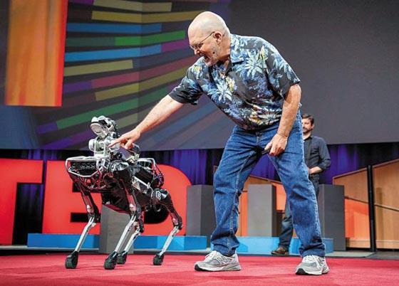 미국 로봇업체 보스턴 다이내믹스의 창업자 마크 레이바트가 지난해 캐나다 벤쿠버에서 열린 지식 강연 테드(TED)에서 애완용 로봇'스팟 미니'를 선보이고 있다. /보스턴다이내믹스