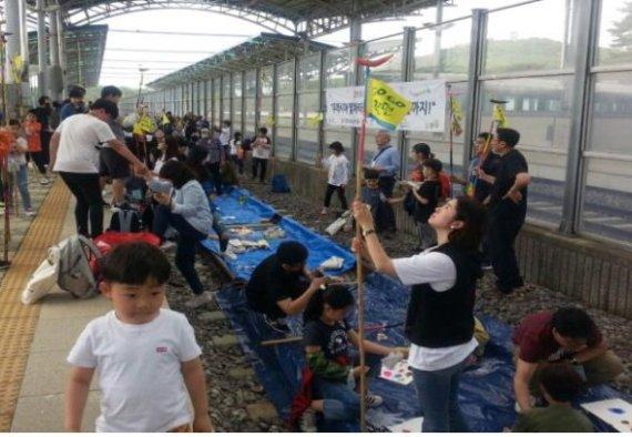 코레일 희망철도재단이 지난 7일 운행한 '평화열차' 참가자가 도라산역에서 평화통일의 염원을 담은 '솟대 만들기' 체험을 하고 있다.