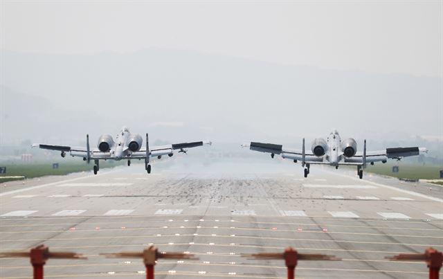 한미 양국 공군의 연합공중훈련 '맥스선더'(Max Thunder)가 시작된 11일 경기도 평택 주한 미공군 오산기지에서 A-10 공격기가 착륙하고 있다. 연합뉴스