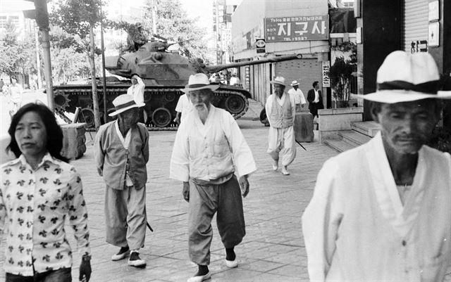 도청 진압 작전 다음 날인 28일 금남로에서 계엄군의 탱크를 지나는 노인들의 표정이 어둡다.