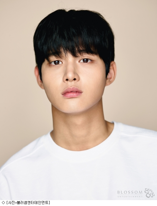 <p><></p><p>The actor Lee Seo-won was raised on suspicion of threatening to smother her colleague celebrity. The walk of Lee Seo-won who has continued activities such as About Time and Music Bank in the police investigation is buying public sentiment.</p><p>On the 16th, I learned that Lee Seo-won was sent to the prosecution for suspicion of forced obsession and special intimidation in a media report. According to the police, Lee Seo-won tried physical contact with female entertainer A who was drinking together on the 8th last month, but was refused. Mr. A angrily phoned his boyfriend and helped out Cheon Haja Lee Seo-won knew that he threatened Mr. A with a weapon.</p><p>Lee Seo-wons office belongs to Blorsham Entertainment I was not aware of this situation until the fact confirmation request on the media side. As a result of confirming with the principal in order to grasp accurate facts, I knew that it was a job that occurred when I drank alcohol at a seat. </p><p>Then there is no room for any excuses. I will lower my head to everyone and apologize. Im sorry,  Currently Lee Seo-won actor also deeply regrets after admitting the mistake about the point that caused trouble to many people and other people with wrong action by himself. I will apologize and apologize to the survey that will be carried out in the future. </p><p>Lee Seo-won debuted at the JTBC Dragon in 2015 and was selected for MC in 2016 KBS 2 TV Make It Well and Music Bank. 2017 tvN She loves lying so much and Hospital ship, JTBC Web drama End Romance, movie Colon Kim · Chance running without break. Lee Seo-won, who was a affiliated company like Park Bo-gum, is the industrys most noteworthy rookie so-called Post Park Bo-gum, and has grown to starring for the first time in two years debut.</p><p>However, caught up in unfamiliar things called coworker entertainer Sexual harassment, the image of the next generation star crashed in a blink of an eye. Among police investigations, we also posted a memorial message for the monthly mourning to our SNS who has been active in the tvN drama Moment wanted to stop: About Time and Music MC of Music Bank etc, The fact that it posted was bought anger of fans and masses. There is a voice saying There is not even a sense of guilt at all in a form far removed from the position of affiliated office of being deeply reflective.</p><p>Lee Seo - won s irresponsible attitude has been hurting the production team and actors of the drama About Time that appeared soon.</p><p>On the last 16th, the production team who received the notice about the fact from the affiliated office decided to get off at Lee Seo-won, Do not delete the story itself, replace it with another actor and proceed with re-shooting It is planned.  With only the first four days remaining, only four days remain, in order to find other actors, the actors are in imminent situation to go to re-shoot. The production presentation which will be held soon on 17th has only to settle the atmosphere.</p><p>The Music Bank which is progressing on the 18th live broadcast is also unbearable. Getting off at Lee Seo-won is a decided procedure, you have to find an alternative MC immediately or leave Solvin alone. Production teams in connection with this situation reported that they are arguing. . Rookies crash</p><p>Suspicion by colleague entertainer Sexual harassment. . Rookies crash</p>