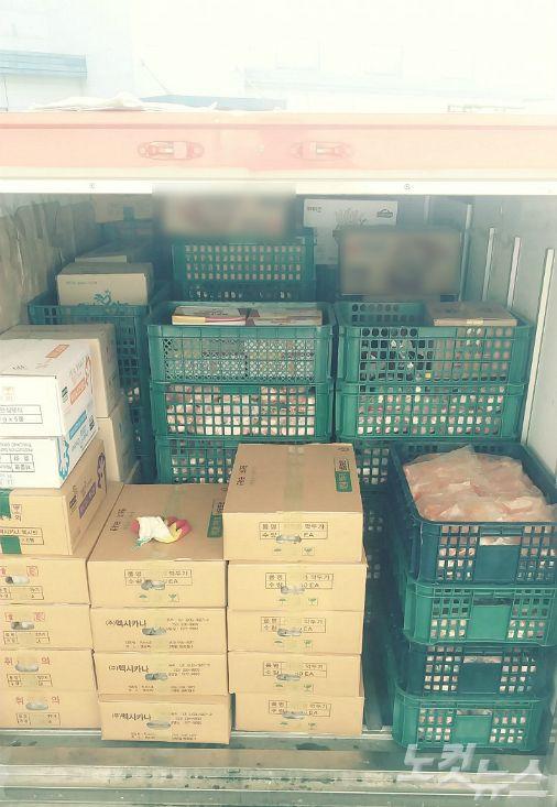 멕시카나 냉동탑차에 생닭 등 식자재가 냉동 냉장 상온 구분없이 혼적돼 있다.