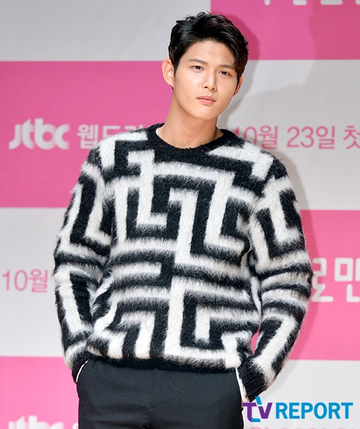 <p>The actor Lee Seo-won was wrapped in discussion. Sexual harassment until the intimidation intimidation. The discussion of Lee Seo-won who was running at the victory at juniors of Cha Tae-hyun, Song Joong-ki, Park Bo-gum is approaching shockingly.</p><p>Lee Seo-won has been chosen mainly as the expectation of Blur Sam Entertainment. I received my expectations and interests for newcomers connecting senior Cha Tae-hyun, Song Joong-ki, Park Bo-gum.</p><p>Lee Seo-won who made his debut with JTBC drama Kiri steadily grew steadily appearing in KBS 2 Do not cut away, tv N She loves lies, MBC Hospital ship and so on. In particular I continued to join senior seniors Song Joong-ki, Park Bo-gum until MC of KBS 2 Music Bank to connect the steps of seniors.</p><p>Actor Lee Seo-won who was noted as Cha Tae-hyun, Song Joong-ki, Junior of Park Bo-gum. He thought, If I do not work hard, I thought that the somewhat form could eat bad things for me, the idea that those who expect to have to be eager for a lot I will not be able to do it. I also expressed the sense of burden and determination on it.</p><p>Was it just words? Lee Seo-won, unlike before speaking, was enveloped in hot discussion. A colleague who threatened sexually harassing a female entertainer and threatened using a weapon, was decided.</p><p>Especially the case which is known the day before production release of tvN About Time. We are puffling up to annoying debate. Currently we decide to get off at About Time side of Lee Seo-won and are looking for alternative actors. KBS 2 Music Bank also has options.</p><p>Discussion of Lee Seo-won who had painted mud on the name of the senior of his office from the annoyance of the program. It is a shame because it is not a problem to endure only Lee Seo-won.</p>