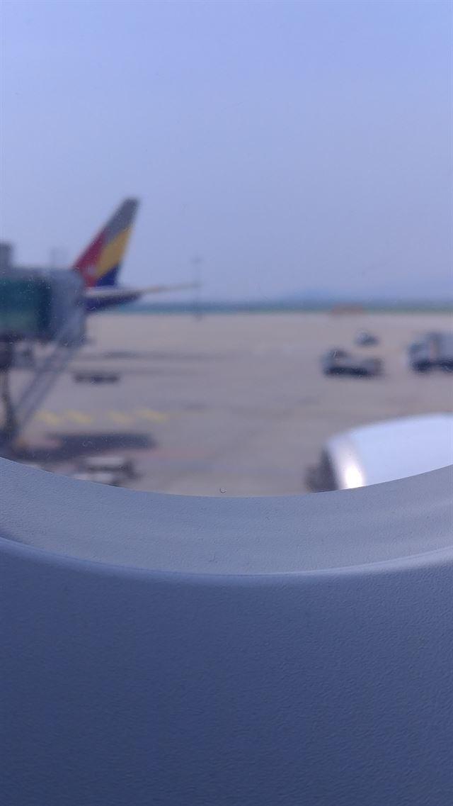 객실창 아랫부분에 뚫인 작은 구멍은 외부와 온도차를 줄여 성에나 김서림을 방지하는 역할을 한다. 아시아나항공 제공