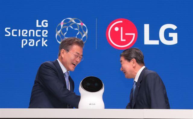 문재인 대통령이 지난달 20일 서울 강서구 마곡동 LG사이언스파크에서 열린 개장식에서 구본준 LG 부회장과 인사를 나누고 있다. 고영권 기자