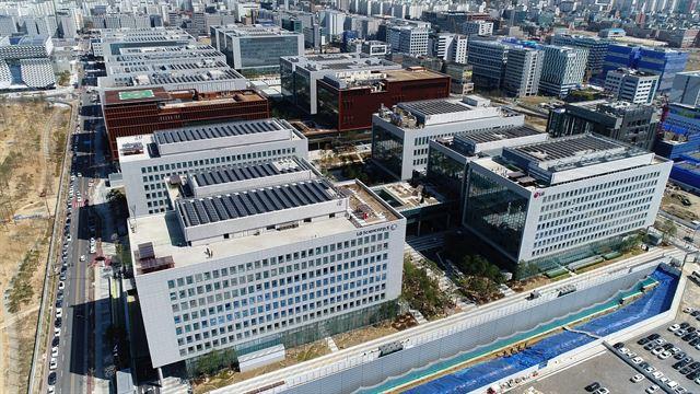LG가 4조원을 투자해 서울 강서구 마곡동에 축구장 24개 크기로 조성한 LG사이언스파크 전경. 지난달 가동에 들어간 이곳은 LG전자ㆍ화학ㆍ디스플레이ㆍ유플러스ㆍCNS 등의 계열사가 입주한 국내 최대 규모 연구개발단지다. LG 제공