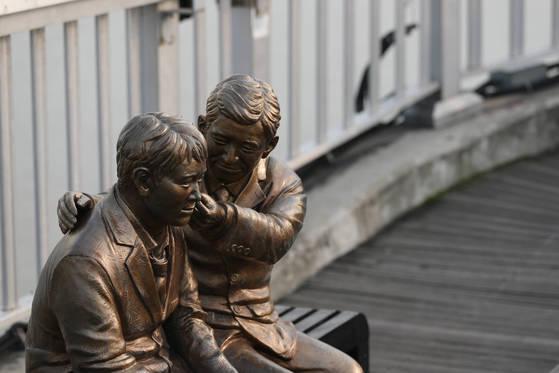 서울 마포대교에 위로 동상이 세워져 있다. 김경록 기자 / 20170705