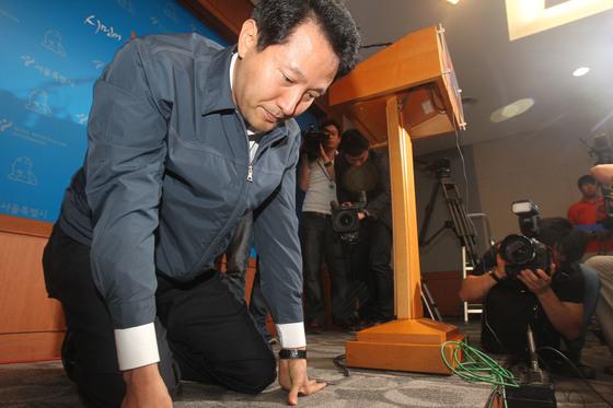 2011년 8월 오세훈 당시 서울시장이 무상급식 주민투표 결과와 시장직을 연계시키겠다며 무릎을 꿇고 투표 참여를 호소하던 모습 [중앙포토]