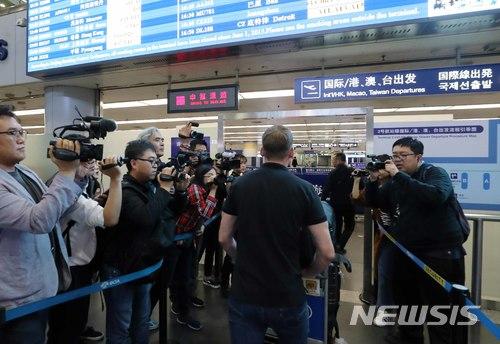 【베이징(중국)=뉴시스】사진공동취재단 = 북한 풍계리 핵실험장 폐기 국제기자단에 선발된 미국 CNN의 윌 리플리 기자가 22일 북한 원산으로 가는 고려항공을 탑승하기위해 베이징공항을 통해 출국하고 있다. 2018.05.22. photo@newsis.com