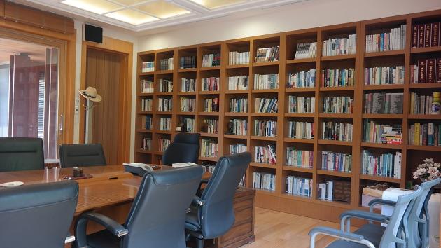 노무현 전 대통령의 서재. 뒤의 서가에는 총 919권의 책이 꽂혀있다고 한다. 책의 리스트는 '노무현재단' 홈페이지에서 확인이 가능하다 ⓒ김경준