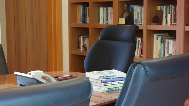 노무현 전 대통령의 의자. 책상에는 그가 서거 전까지 읽던 책들이 그대로 올려져 있다. ⓒ김경준