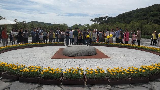 노무현 전 대통령의 무덤을 참배하는 참배객들의 모습 ⓒ김경준