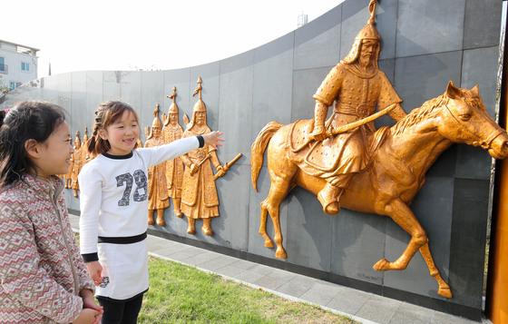 전남 구례군 '조선수군 재건 출정공원'을 찾은 어린이들이 충무공 조형물을 가리키고 있다. [프리랜서 장정필]